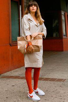 trendy now: colored tights – Hosiery Designs Geek Chic Outfits, Outfits Otoño, Trendy Outfits, Fashion Outfits, Fashion Trends, Street Style 2018, Street Style Trends, Street Style Summer, Street Style Women