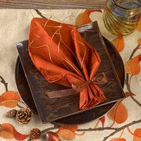 Decorate your Thanksgiving table with napkins folded to look like pretty fall leaves. folding ideas thanksgiving Festive Christmas Napkin Ideas and Place Settings Thanksgiving Napkin Folds, Thanksgiving Table Settings, Thanksgiving Tablescapes, Holiday Tables, Thanksgiving Crafts, Christmas Settings, Easy Napkin Folding, Christmas Napkin Folding, Christmas Napkins