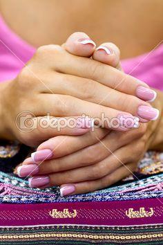 Женские руки с красивой французский маникюр