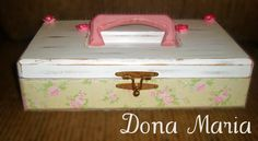 Caixa de costura em MDF, pintada com pátina e forrada com tecido estampado. Divisórias por dentro, espaço para pôr linhas. R$39,90