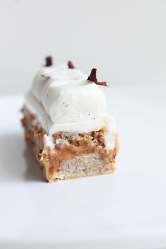 These vegan salted caramel tahini cups are incredibly decadent considering all you need to make them is tahini, coconut Finger Desserts, Easy No Bake Desserts, Healthy Dessert Recipes, Delicious Desserts, Desserts With Biscuits, Ice Cream Desserts, Honey Chocolate, Chocolate Recipes, Cake Recipes From Scratch