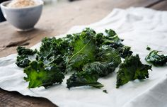 Healthful kale chips are crispy, crunchy treats that are super easy to make at home in the oven. Healthy Kale Chips, Dehydrated Vegetables, Healthy Protein Snacks, Dried Vegetables, Healthy Shakes, Veggies, Healthy Breakfasts, Healthy Appetizers, Eating Clean