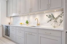 Love the color scheme of the new IT kitchen, light grey (very similar color to this is the little Greene company French grey), carerra ma. White Kitchen Decor, Home Decor Kitchen, Kitchen Interior, New Kitchen, Home Kitchens, Küchen Design, Interior Design, Design Furniture, Modern Kitchen Design