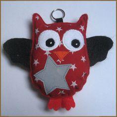 Huhuu-heijastin, huopaa. 12,50 € Pacifier Holder, Key Chains, Embroidery Ideas, Handicraft, Hair Clips, Safety, Owl, Nursery, Christmas Ornaments