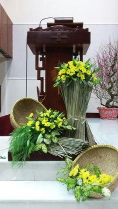 Altar Flowers, Church Flower Arrangements, Church Flowers, Floral Arrangements, Church Altar Decorations, Flower Decorations, Wedding Backdrop Design, Modern Floral Design, Flower Arrangement Designs