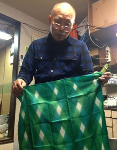 Tutorial: Japanese dye master Nagakawa-san's Steps to Make Itajime Shibori. Fabric Dyeing Techniques, Textiles Techniques, Shibori Fabric, Shibori Tie Dye, Japan Design, Textile Dyeing, Dyeing Yarn, Japanese Textiles, Indigo Dye