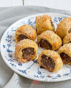 Deze kleine mini saucijzenbroodjes zijn het perfecte borrelhapje om te serveren op een verjaardag of feestje. Serveer de mini saucijzenbroodjes bij voorkeur lauwwarm, dan zijn ze het allerlekkerst.