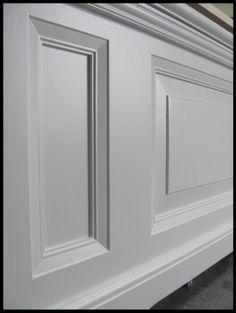 Staande radiatorombouw met paneel Painted Paneling Walls, Wall Panelling, Modern Radiator Cover, Hall Painting, Wainscoting Hallway, Door Molding, Doors, Living Room, Interior Design