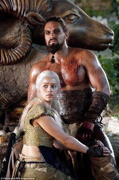 Khal Drogo (Jason Momoa) & Khaleesi Daenerys Targaryen (Emilia Clarke) - Game of Thrones Season 1 Emilia Clarke, Arte Game Of Thrones, Game Of Thrones Fans, Game Of Thrones Characters, Valar Dohaeris, Valar Morghulis, Winter Is Here, Winter Is Coming, Heroes