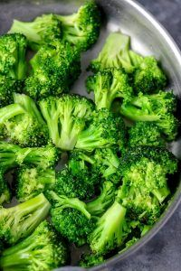 Stove top broccoli is the best broccoli recipe ever! It takes less than 10 minutes to make,use this method, it would be the best bite of your life. Stove Top Broccoli (How To Steam Broccoli) - My Active Kitchen Kristin Nagy Food Stove top br Best Broccoli Recipe Ever, Steamed Broccoli Recipes, Cooking Broccoli, Vegetable Medley, Spicy Baked Chicken, Healthy Chicken Recipes, Keto Chicken, Shredded Chicken, Recipes