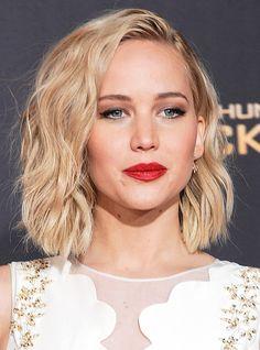 Qui s'est coupé les cheveux? Qui s'est teinte en mauve? Qui a osé les dreadlocks (!)? LOULOU ajoute au jour le jour les plus beaux looks beauté des célébrités. Rendez-vous juste ici pour être certaine de ne plus jamais rien manquer!