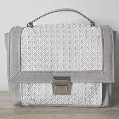 Sac Quadrille en simili gris et blanc tissé cousu par Marie-Claire - Patron Sacôtin