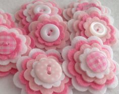 NIÑA x 3 flor hecha a mano de fieltro capas botón adornos, apliques de fieltro, rosas y blancas