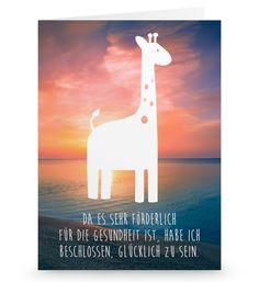 Grußkarte Giraffe aus Karton 300 Gramm  weiß - Das Original von Mr. & Mrs. Panda.  Die wunderschöne Grußkarte von Mr. & Mrs. Panda im Format Din Hochkant ist auf einem sehr hochwertigem Karton gedruckt. Der leichte Glanz der Klappkarte macht das Produkt sehr edel. Die Innenseite lässt sich mit deiner eigenen Botschaft beschriften.    Über unser Motiv Giraffe  Rekord: Giraffen sind die höchsten landlebenden Tiere der Welt. Männchen können bis zu 6 Meter hoch werden. Giraffen leben in Freiheit…