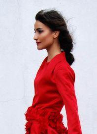 Vestido en raso de seda rojo.