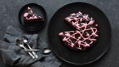 Možná některé z vás představa moučníku připraveného z červené řepy vyděsí. Ale nenechte se zmást zažitými zvyklostmi, že řepa patří jen do slaných receptů. V kombinaci s kakaem, hebkou čokoládovou polevou a efektním růžovým žíháním nadchne i její zaryté odpůrce. Jen tu tajnou ingredienci možná neprozrazujte dopředu :-)6 porcí200 g ...