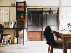古建具をリメイクして寝室との間仕切りに。 昭和レトロでほのぼのとしたマンションリノベーション。 ーーー #eightdesign #hachikagu #renovation #interiordesign #kitchen #kitchendesign #living #table #エイトデザイン #ハチカグ #リノベーション #マンションインテリア #マンションリノベーション #インテリア #インテリアデザイン #リビング #リビングダイニング #キッチン #キッチンインテリア #古建具 #名古屋 #昭和レトロ #古道具 #ワークスペース #家事スペース