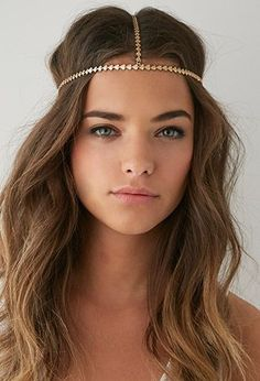Hair tattoos, floral headbands and much more Hair and Head Accessories – the perfect guide to what's in fashion for your hairstyle game! Headpiece Jewelry, Hair Jewelry, Head Chain Jewelry, Chain Headpiece, Body Jewelry, Wedding Jewelry, Head Accessories, Hair Accessories For Women, Coachella Accessories