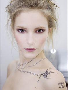"""Über seine Inspiration für den Spring-Look 2010 sagt Star-Visagist Peter Philips: """"Karl (Lagerfeld) sprach mit mir über seinen Wunsch, Tattoos bei einem Make-up auf der Schau für Chanel zu integrieren. Ich kreierte ein natürliches Make-up mit beigen Tönen, sehr pur und frisch, ein bisschen wie Marie-Antoinette, mit einem Hauch von Rebellion – den Tattoos."""""""