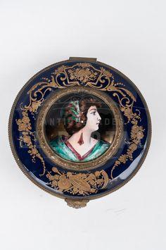 Sevre Cofre joyero de porcelana esmaltado | Antigüedades El Portal Porcelain Ceramics, Portal, Decorative Plates, Enamels, Wooden Chest, Floral Design, Jewel Box, Bronze, Porcelain