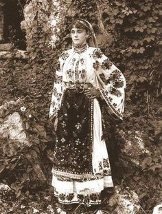 modern folk embroidery Romanian Folk Dress Various photographs depicting Romanian old folk costumes from late Century and early Century. Romanian Gypsy, Romanian Girls, Folk Embroidery, Learn Embroidery, Embroidery Patterns, Butterfly Embroidery, Vintage Photographs, Vintage Photos, Fashion History