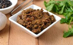 Inspired by Persian cuisine, the curry paste used to make Thai massaman curry is complex and elaborate, containing more ingredients, especially dry-roasted and spicy flavors, than any other curry p… Panang Curry Paste, Massaman Curry Paste, Vegetarian Menu, Vegan Soup, Indian Food Recipes, Vegan Recipes, Yummy Recipes, Paste Recipe, Vegan Sauces