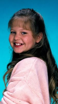 """History of the Bangs - Decade Candace Cameron Bure said of the popular teased-bangs look that she and other Full House cast members wore: """"You know, in ten . Full House Season 1, Full House Cast, Full House Tv Show, 80 Tv Shows, New Shows, Dj Tanner, Candace Cameron Bure, Fuller House, Tv Seasons"""