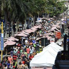 Localizada na rua do Lavradio, a primeira rua residencial da cidade, a feira acontece todo primeiro sábado do mês e reúne de tudo um pouco: de moveis a comidas não falta nada.