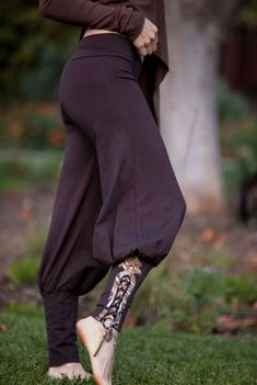 Tribal Yoga Harem Pant with lace up applique - Yoga Wear - Harem Pants Tribal Yoga Sarouel pantalon avec lacets applique par ElvenForest Yoga Harem Pants, Harem Pants Outfit, Yoga Dress, Harem Pants Style, Skirt Pants, Harem Pants Pattern, Black Harem Pants, Brown Pants, Medieval Clothing