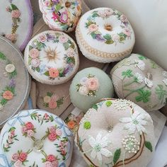 프랑스자수...소품들~~청소하다 햇살에 이뻐서 찰칵#프랑스자수#자수소품#핀쿠션#자수티매트#핸드매이드#embroidery #flower#ricamo#broderie