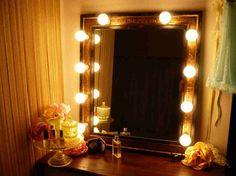 女優さんの楽屋にあるような鏡の周りを囲む 照明付きのドレッサーのこと