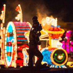 Who is enjoying the nighttime parade? このシルエットは! #tokyodisneylandelectricalparadedreamlights #tokyodisneyland #tokyodisneyresort #goofy #グーフィー #東京ディズニーランドエレクトリカルパレードドリームライツ #東京ディズニーランド #東京ディズニーリゾート #夜景