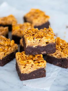 Brownies med cornflakes i saltkolasås No Bake Desserts, Dessert Recipes, Brownie Packaging, Cocoa Cake, Dessert Drinks, Vegan Sweets, Brownies, Baked Goods, Sweet Recipes