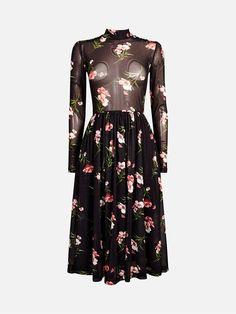 Feminin kjole i mønstret semitransparant materiale. Kjolen har høy hals, tettsittende overdel, rynket midjeparti og rekker til midt på leggen. Multi