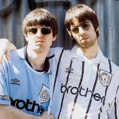 Manchester city fans Liam and Noel Gallagher, former Oasis members. Old picture. Noel Gallagher, Liam Gallagher Oasis, Oasis Band, Manchester City, Great Bands, Cool Bands, Liam And Noel, Best Rock Bands, Britpop