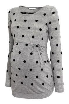 MAMA Camisola em malha fina: Camisola em malha fina e macia com uma percentagem de lã. Modelo com decote ligeiramente mais largo e fitas para atar por baixo do peito.