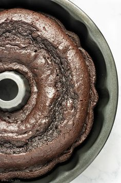 This quick and easy Chocolate Pudding Cake recipe is a delicious cake mix hack! There are only five simple ingredients and the result is the most perfectly moist cake you'll ever taste. Chocolate Mouse Recipe, Easy Chocolate Pudding, Chocolate Cake Mixes, Chocolate Desserts, Chocolate Cobbler, Desserts Nutella, Chocolate Pound Cake, Cake Recipes For Kids, Cake Mix Recipes