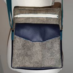 Anais Terrier sur Instagram: Sacoche homme 🧔🏻 modèle jive sous licence sacotin. 3 poches: extérieur 1 plaquée à rabat, 1 zippée et 1 zippée à l'intérieur. Bandoulière…