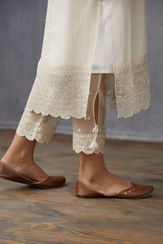 Pakistani Fashion Casual, Indian Fashion Dresses, Indian Designer Outfits, Pakistani Outfits, Stylish Dresses For Girls, Stylish Dress Designs, Girls Dresses Sewing, Simple Pakistani Dresses, Pakistani Suit With Pants
