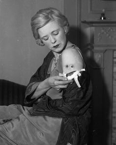 Actress Alice Granville shows off two bullet holes in her arm at Roosevelt Hospital after she was shot by her hitman husband, lieutenant of Dutch Schultz Pete Donahue, in The mob moll said Donahue shot her at a nightclub party to prove his affection. Real Gangster, Mafia Gangster, Gangster Party, Mob Wives, Mafia Wives, Public Enemies, Whatever Forever, City Gallery, The Godfather