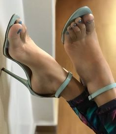 Sexy Legs And Heels, Hot High Heels, Feet Soles, Women's Feet, Smooth Feet, Pantyhose Heels, Beautiful Toes, Sexy Sandals, Sexy Toes
