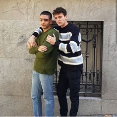 Aron e Omar. Netflix Dramas, Netflix Movies, Movie Tv, Elite Squad, Selfies, Good Looking Men, Actors, Random, Tv Couples