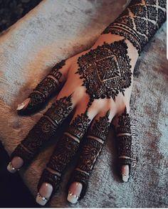 Mehndi is something that every girl want. Arabic mehndi design is another beautiful mehndi design. We will show Arabic Mehndi Designs. Wedding Henna Designs, Latest Bridal Mehndi Designs, Modern Mehndi Designs, Mehndi Design Pictures, Mehndi Designs For Girls, Mehndi Designs For Fingers, Dulhan Mehndi Designs, Beautiful Henna Designs, Arabic Mehndi Designs