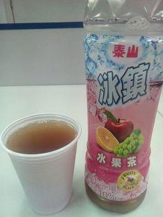 Um chá que se preocupa bem mais em reforçar o sabor da fruta, quem curte um chá mais puro pode se decepcionar, pois esse chá está bem mais voltado ao sabor da fruta.  #泰山 #冰鎮 #水果茶 #cha #preto #frutas #maca #laranja #uva #rosa #azul #XinGourmet #EmporioChinatown #Chinatown #tea #black #fruits #apple #orange #grape #pink #blue #bebida #drink #sobremesa #snack  泰山冰鎮水果茶 - Chá Preto de Frutas - R$7,50 em Empório Chinatown
