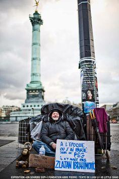 """Les sans-abri jouent la carte de l'humour avec la série de photos """"Un sourire svp"""""""
