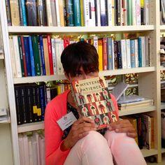 """""""Questione di sguardi""""  #reading #librarian"""
