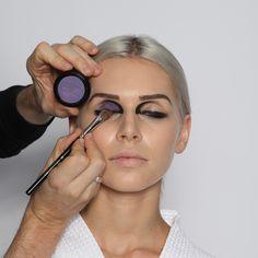 """Step 7: Lidschatten, dunkel  Die matte, intensive Lidschattenfarbe """"Pflaume"""" mit einem großen, weichen, abgeschrägten Augenschattierpinsel (Nr. 16) auf das bewegliche Lid auftupfen, am inneren Augenwinkel innerhalb der vorgezeichneten Linie beginnen und nach außen auslaufen lassen."""