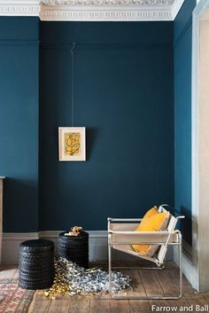 Décoration intérieur peinture : marier les couleurs Depth and elegance of the blue walls, illuminated by a yellow sun cushion (painting Hague Blue, Farrow and Ball).