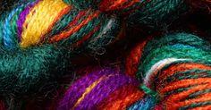 Cómo hacer rastas y trenzas de lana. Las rastas y las trenzas de lana pueden atarse al pelo como extensiones de cabello. Son más livianas y más económicas que las extensiones reales y puedes hacerlas tú misma. Se puede usar cualquier tipo de lana en cualquier variedad de colores para hacer este tipo de trenzas. Sin embargo, para hacer rastas, necesitarás rollos de lana sin forma, que ...