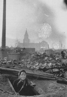 「防空壕に避難して助かった女性1945年8月10日朝」by山端庸介